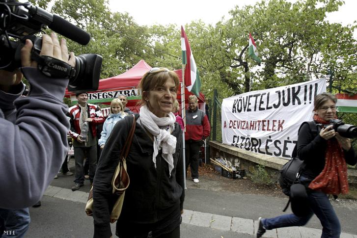 Lévai Anikó, a miniszterelnök felesége (k) érkezik haza amikor A Nem adom a házam mozgalom aktivistái 72 órás éhségsztrájkba kezdenek a devizahitel-károsultak érdekében Orbán Viktor miniszterelnök budai házánál 2013. szeptember 3-án.