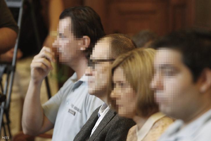 Tarsoly Csaba (b2) a tárgyalóteremben az ellene és társai ellen indított büntetõper tárgyalásán a Fõvárosi Törvényszéken 2016. július 12-én.