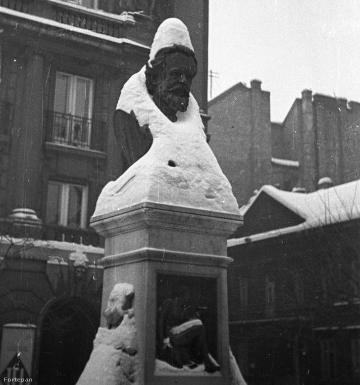 Az egykori homlokzat 1948-ban még felismerhető volt. Előtérben a Gutenberg tér, dr. Fodor József szobrával. (A teljes fotóért kattints a képre!)