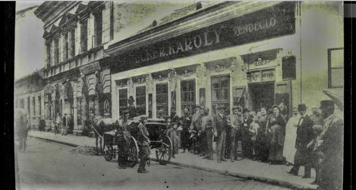 A Bródy Sándor utcai homlokzat egy korabeli képeslapon: Ecker Károly vendéglője az Öreg kéményseprőhöz. Nagyobb felbontásért és a képeslap másik oldaláért kattints a képre!