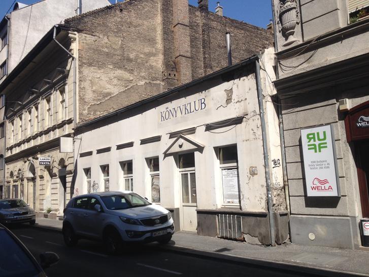 Így néz ki ma az épület a Bródy Sándor utca felől.A szemöldökpárkányok még megvannak