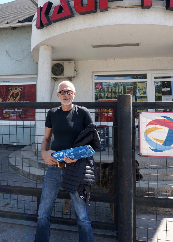 A bolt lehet hogy zárva, de egy kis szervezéssel megoldottuk, hogy Monsieur Bernaz hozzájusson a lengéscsillapítóihoz