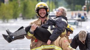 Ez az idős néni jól megnevettette az őt mentő tűzoltót