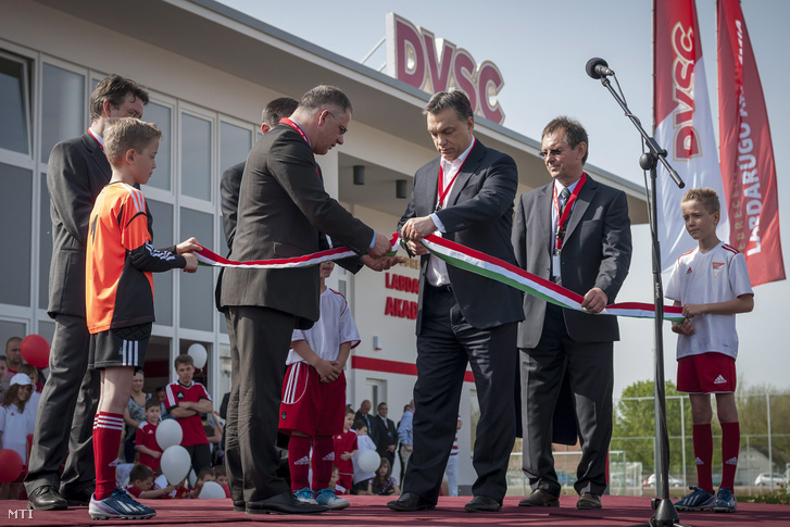 Orbán Viktor miniszterelnök és Kósa Lajos Debrecen polgármestere a a Debreceni Labdarúgó Akadémia edzőközpontjának felavatásán 2013. április 27-én.