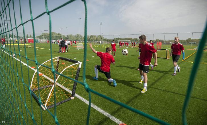 Fiatalok edzenek a Debreceni Labdarúgó Akadémia új edzőközpontjában