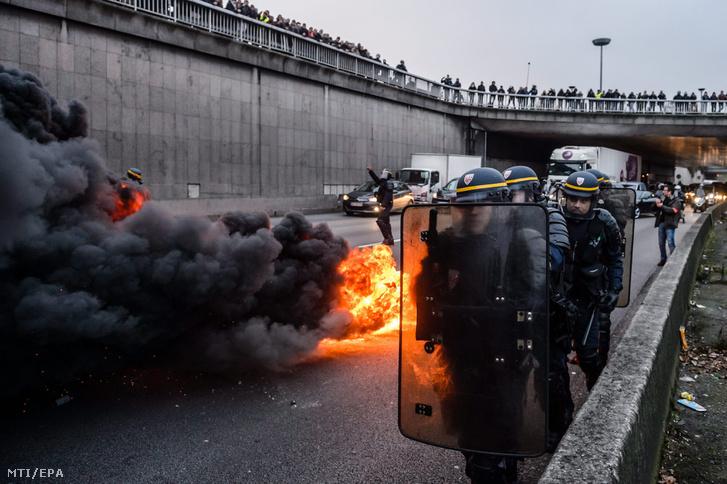 Párizsban a taxisok égő gumiabroncsokkal és autókkal zárták le a körgyűrű forgalmát 2016. január 26-én az Uber ellen tiltakozva.
