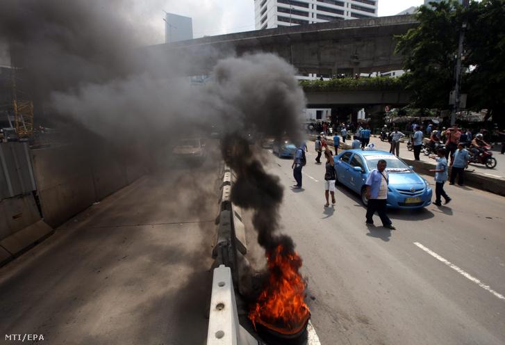 Jakartai taxisofőrök meggyújtott gumiabroncsokkal zárják le az utat az indonéz fővárosban az Uber ellen tiltakozva, 2016. március 22-én.