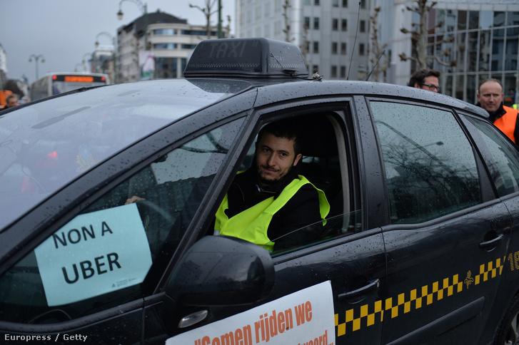 Taxistüntetés az Uber ellen Brüsszelben, 2015. március 3-án.