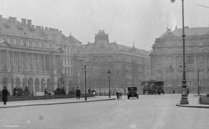 A Kossuth tér 1933-ban. A háttérben a Klein-bérház. A teljes fotóért kattints a képre!