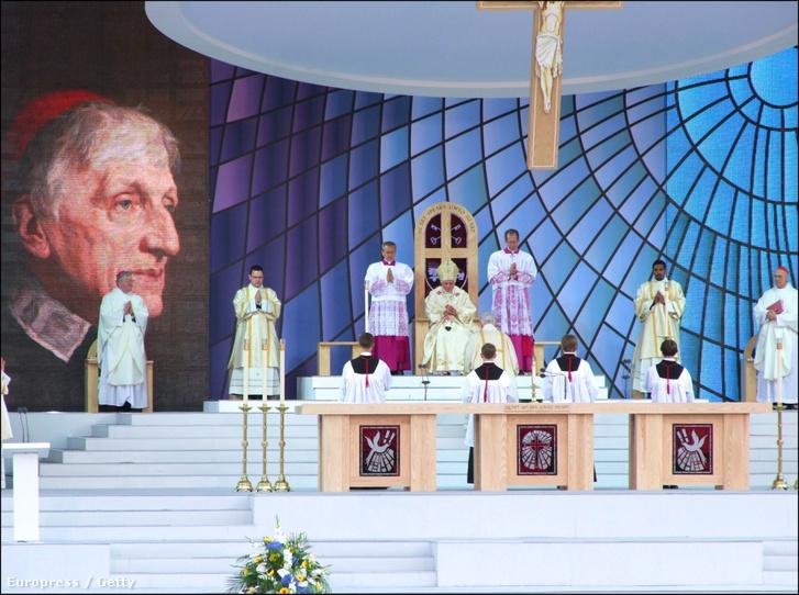 Benedek pápa a névadó John Henry Newman szentté avatásán 2010-ben