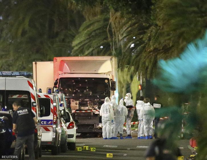 Az akcióban használt fehér teherautó körül helyszínelnek a francia rendőrök