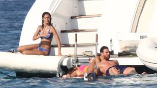 Lehet, hogy Lionel Messi alacsony, de így is jól mutat egy jachton