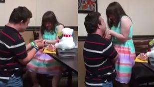 Down-szindrómás fiú lánykérős videójától könnyezik az internet