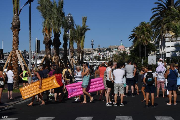 Bámészkodók és turisták az esti tragédia helyszínén