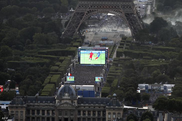 Rendőri akció az Eiffel-torony lábánál, az Eb döntője alatt.