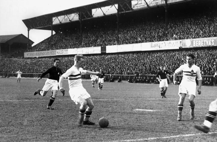 Magyarország–Svájc 3-0 (2-0), Üllői út, 1940, teltház, 40 ezer néző. A labdával Kincses, mellette Sárosi dr. Ekkor már javában tartott a második világháború, Svájc pedig semleges ország volt…