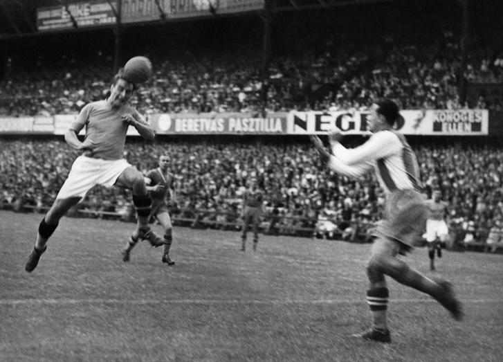 Zsengellér fejel. Az Újpestben játszó Zsengellér Gyula az 1930-as évek második felének egyik legnagyobb csatársztárja volt, tagja volt az 1938-as világbajnoki ezüstérmes csapatnak.