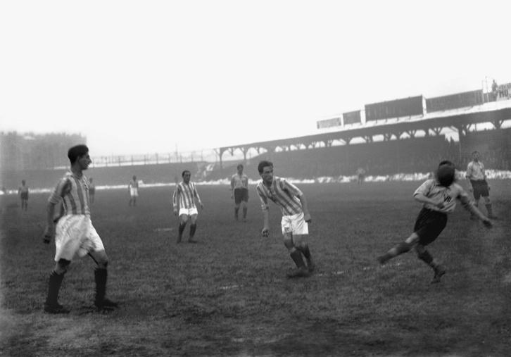 Az 1920-as évek első felének egyik legnagyobb sztárja, Orth lő gólt az MTK színeiben a VII. kerület ellen.