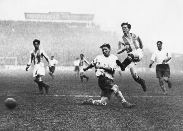 Az 1930-as évek elejének nagy sztárja, Titkos Pál akcióban, Berlin, 1930. január 1., Hertha–Hungária 0-7 (a Hungária az MTK neve ekkor a profiligában).