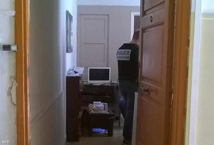 Rendőrök a kutatnak a férfi lakásán.