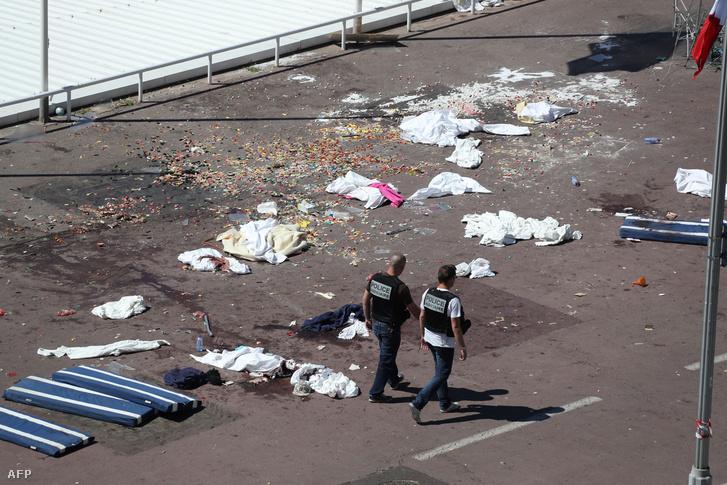 Hátrahagyott takarók és ruhadarabok a parton a tragédia helyszínén.