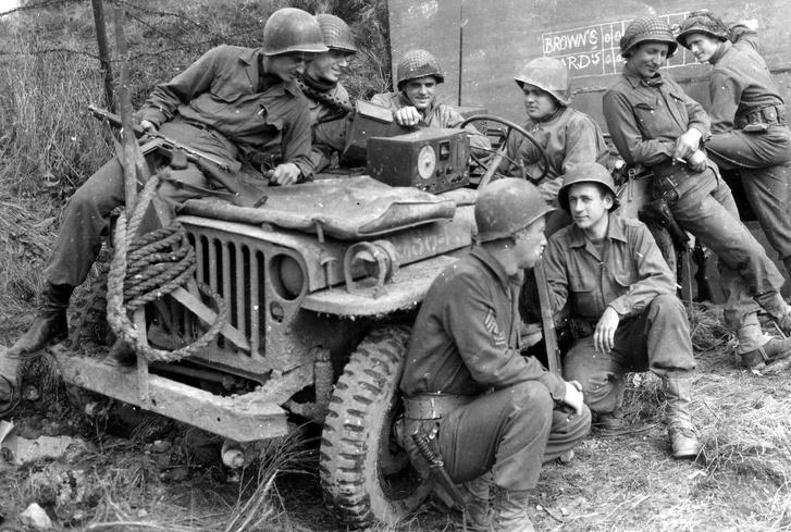 Amerikai katonák és a Willys Jeep valahol 1944-ben