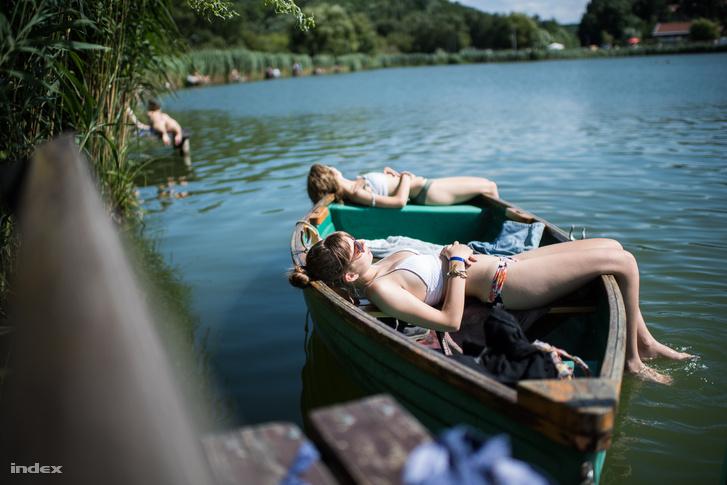 Idén nem volt végig tikkadó hőség, de még is rengetegen voltak nappal a tóparton.