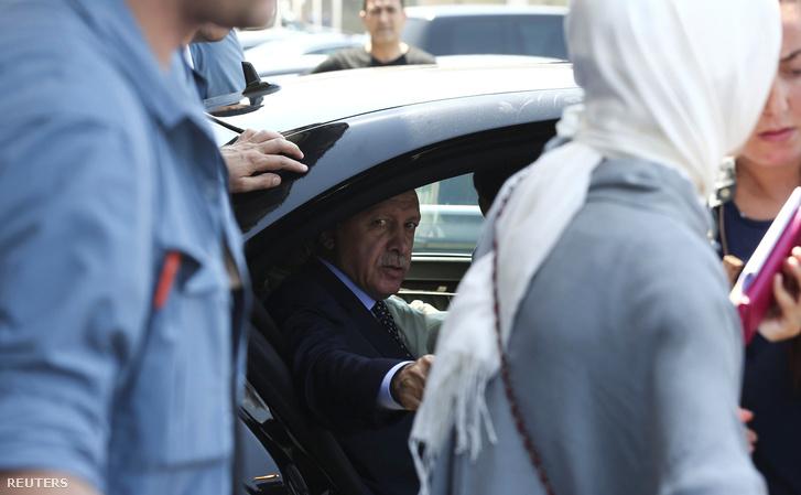 Erdogan a puccs másnapján Isztambulban.