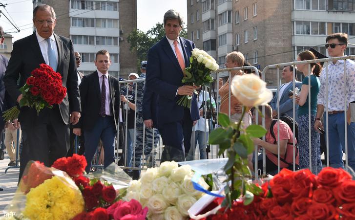 John Kerry és Szergej Lavrov, amerikai és orosz külügyminiszterek 2016. július 15-én, a moszkvai francia nagykövetség előtt emlékeznek meg az egy nappal korábbi nizzai támadás áldozatairól.