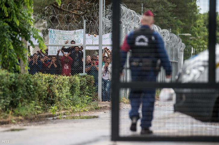Csoportokba verődve tiltakoznak a menekültek a Kiskunhalasi Menekültügyi Őrzött Befogadó Központ Szegedi úti telephelyén 2016. június 2-án. Az előző nap is volt tiltakozás akkor jobb körülményeket és gyorsabb ügyintézést követeltek az illegális bevándorlók.