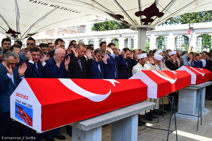 Erdogan és török vezetők a puccs áldozatainak állami ravatalán.