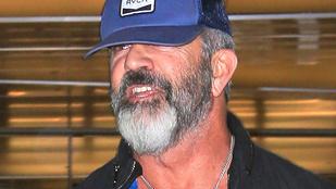 Mel Gibson viszonylag sármosan, de erősen kopaszodik