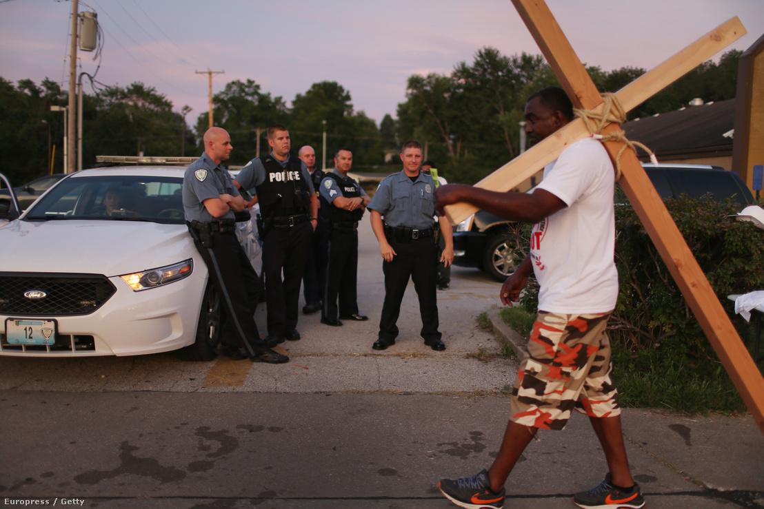 Rendőri erőszak ellen tüntető fekete férfi a fergusoni zavargások előtt.
