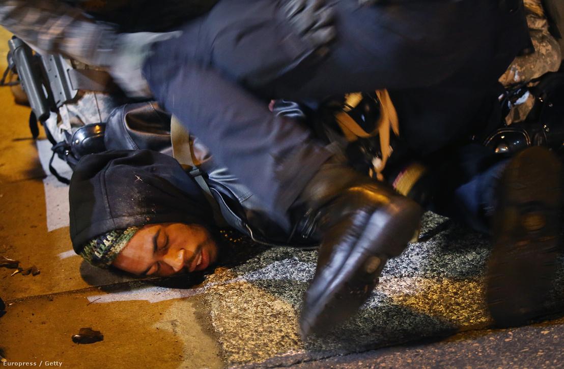 Fekete tüntetőt fognak le a rendőrök az egyik rendőri erőszak ellen szervezett demonstráción.