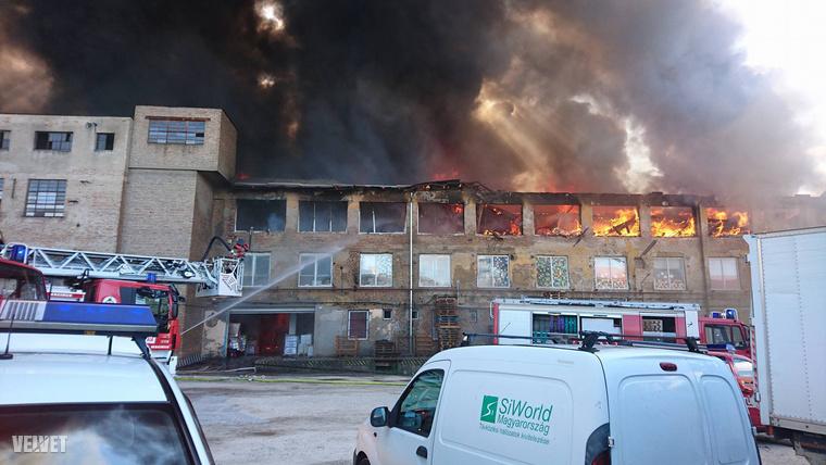 A lángok átterjedtek a három szintes épület legfelső emeletére is.