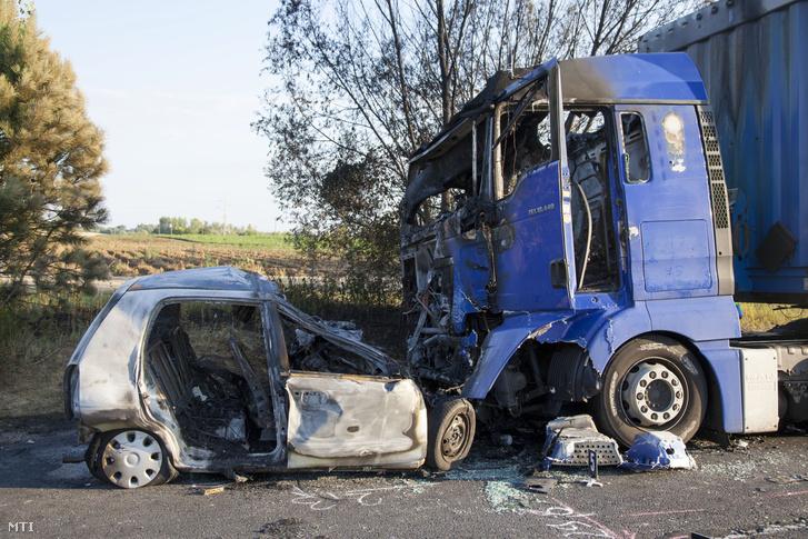 Kamion és személyautó miután összeütközött és kigyulladt a 71-es főúton Keszthely közelében 2016. július 19-én.