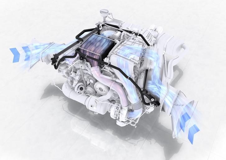 Az egyik oldalon a motor szívja a friss levegőt, a másik oldalon a vizes töltőlevegő hűtő vízhűtője kapja a friss levegőt