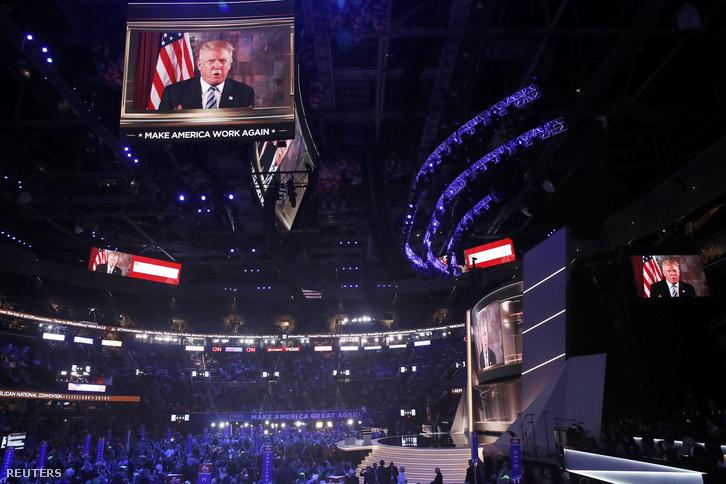 Trump egy óriáskivetítőről beszél a közönséghez.