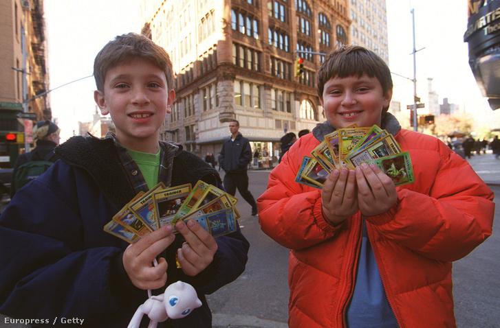 Pokémon-kártyával játszó gyerekek az utcán New Yorkban, 1999-ben