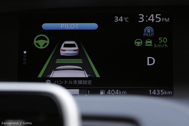 A Nissan önvezető autójának műszerfala navigáció közben