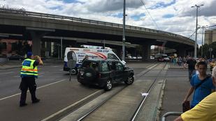 Baleset akadályozza a villamosforgalmat a Flórián térnél