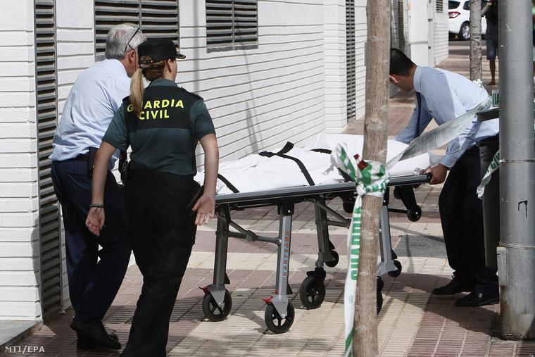 Rendõrök hordágyon viszik annak a 43 éves magyar nõnek a holttestét akit feltehetõen spanyol élettársa szúrt halálra az északkelet-spanyolországi Benicássimban lévõ otthonukban.