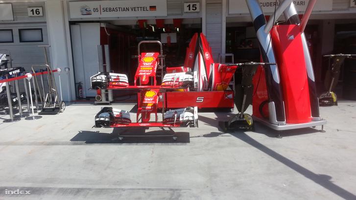 A képen nem jön át, de Vettel Ferrarijának a motorját már járatták