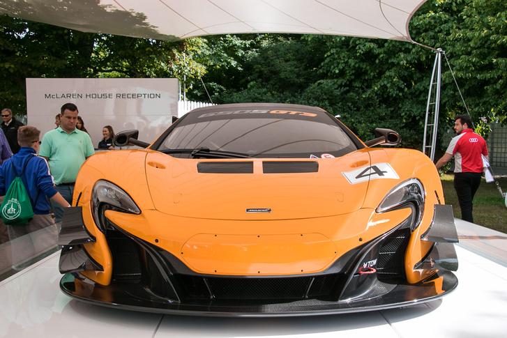 Finom utalás a régi McLareneket idéző okkersárga