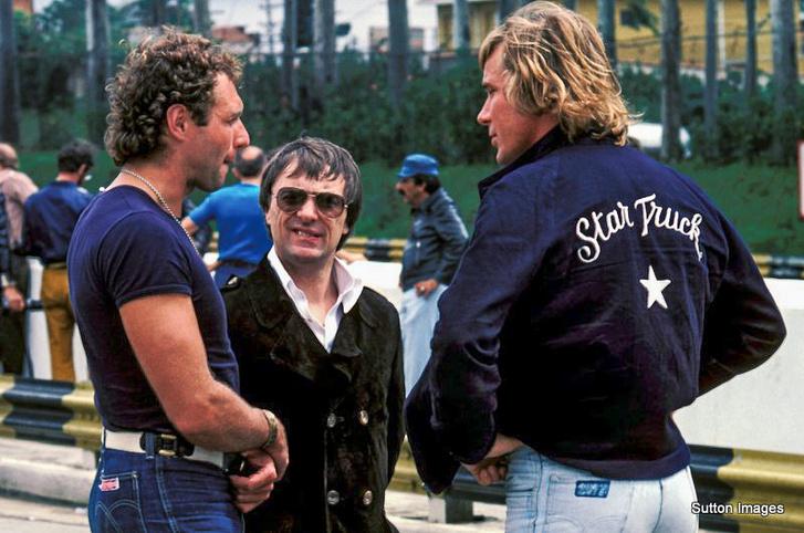 Mass és Hunt között a pici Bernie Ecclestone, aki akkoriban a Brabham csapatfőnöke volt