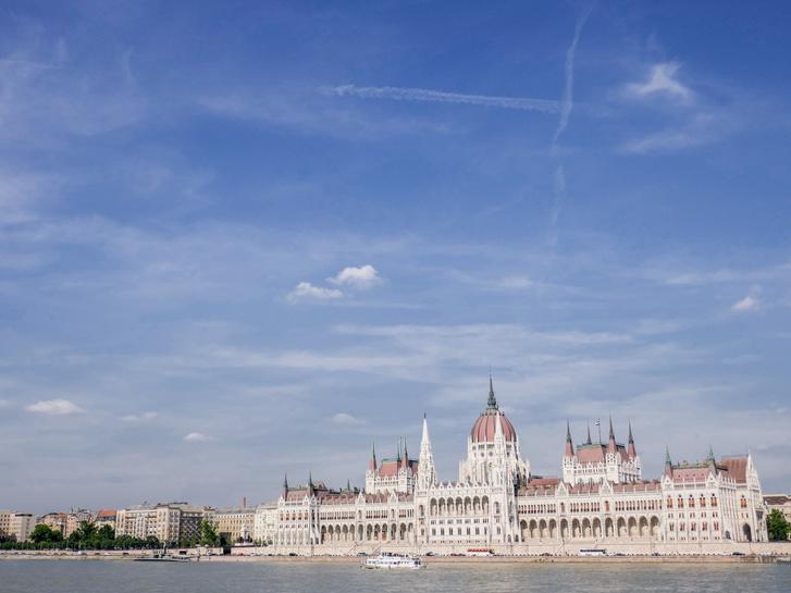 """Parlament - """"Sokat látom ezt a helyet, szóval eléggé hozzá vagyok szokva. Nem azt mondom, hogy rossz, csak azt, hogy nem emelkedik ki más országok parlamentjei közül. Sokféleképpen fel lehetne turbózni, azért, hogy szebb legyen. Adnék 3.5 csillagot csak olyan sajnos nincs. Egyébként szép épület ajánlom a látogatását!"""" (Tripadvisor)"""