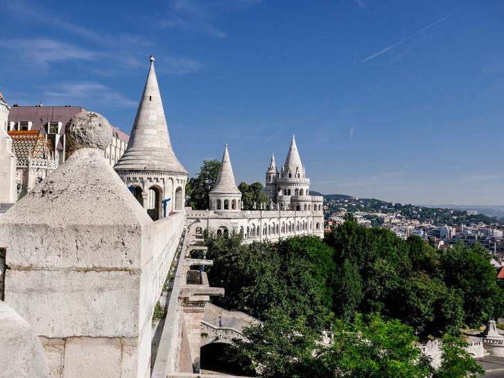 """Halászbástya - """"Egy másik épület a Budai Vár mellett, nincs sok látnivaló. Megnézni a Budai Várat éppenvelég."""" (Google értékelés)"""