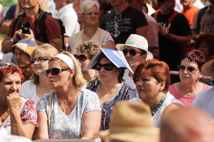 Nézők követik a helyszínen Orbán Viktor beszédét