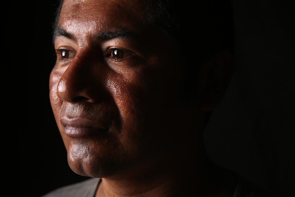 """A 33 éves Jorge Enrique is egy tehervonaton akart eljutni az Egyesült Államokba, ő Tampába indult, ahol korábban már élt és szobafestőként dolgozott. Végül nem szállt fel a """"Bestiaként"""" emlegetett vonalra, mert sok történetet hallott a vonat alá esett emberekről. Sokan azért zuhannak le, mert elalszanak a vonaton és a sínek közé csúsznak, de mások azért sérülnek meg, mert Mexikóban bűnbandák szakosodtak a tehervonaton utazók kirablására."""