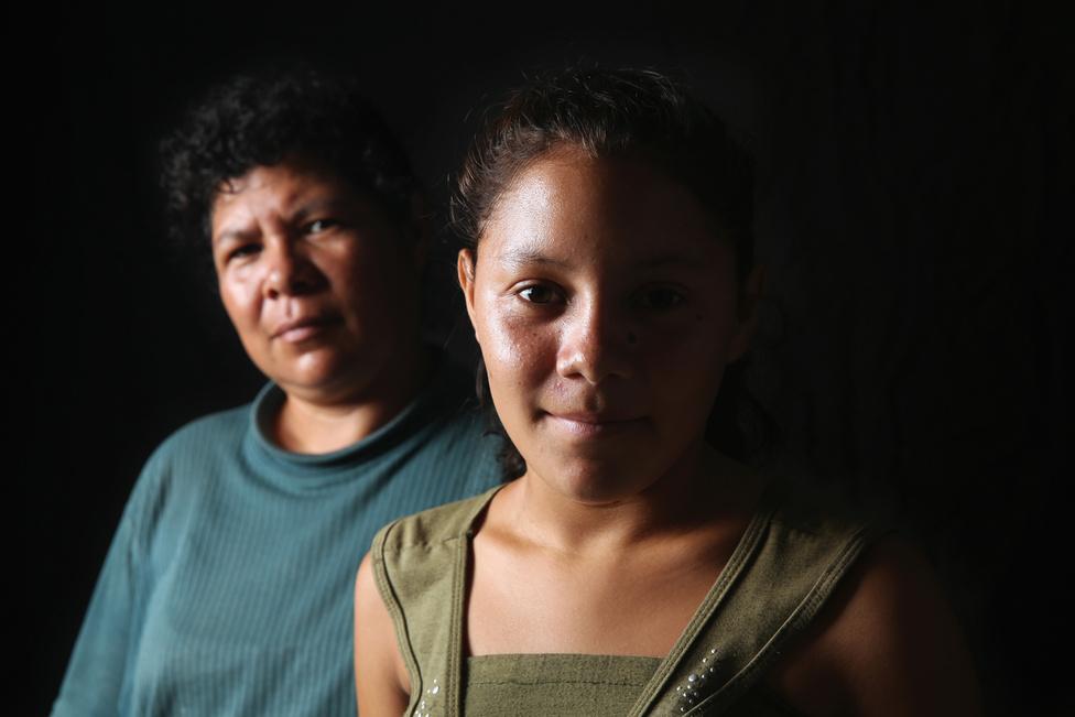 Az Európába özönlő szír menekültekhez hasonló történeteket mesélnek a latin-amerikai bevándorlók is. Ahogy Magyarországon sok migráns beszélt arról, hogy Szerbiában, Macedóniában vagy Törökországban kirabolták őket a rendőrök, úgy a salvadori Consuelo Miscuita és Wendy nevű lánya azt állítja, hogy a mexikói szövetségi rendőrség vette el minden pénzüket az Egyesült Államok kapujában. Az illegális bevándorlók a leggyakrabban a bűnbandák által elkövetett lopásokra és szexuális bűncselekményekre panaszkodnak Mexikóban. Azonban ritkán tesznek belejelentést, azokkal még ritkábban foglalkoznak a hatóságok.